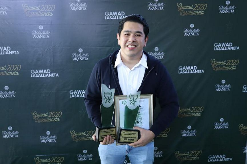 Jeff Canoy accepted Umagang Kay Ganda's awards as Most Oustanding Morning Show and Morning Show Hosts