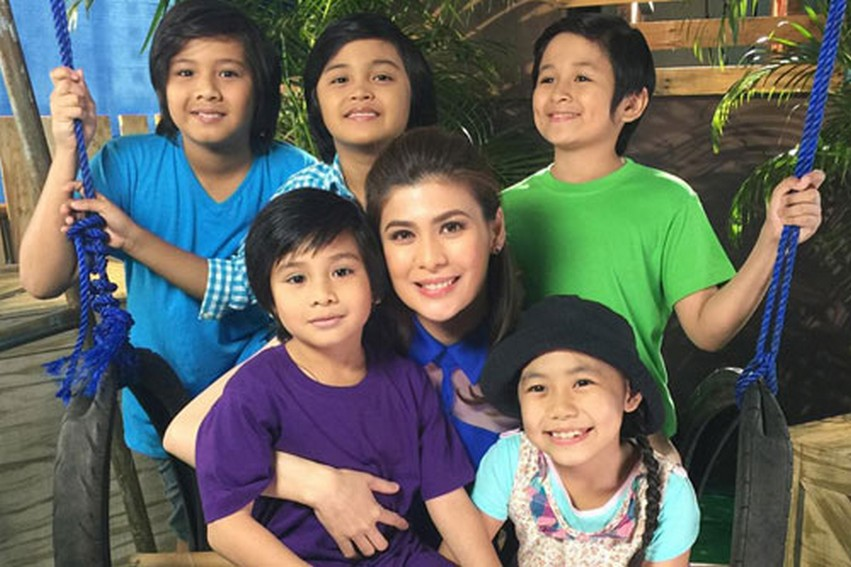 Roxanne Guinoo with the child stars of  Walang Iwanan (2015)