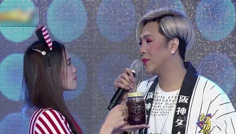 It's Showtime: Vice Ganda, humingi ng bag kay Ate Girl Jackque Image Thumbnail