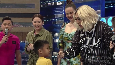 It's Showtime: Vice Ganda, niregaluhan ng PS4 ang isa sa maswerteng birthday boy mula sa Madlang People Image Thumbnail