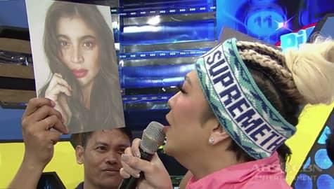 It's Showtime: Vice Ganda, kinausap ang litrato ng kaibigang si Anne Image Thumbnail