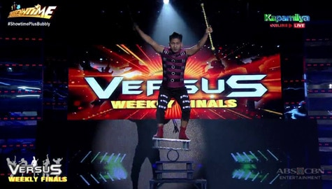 It's Showtime: Dexter Duran a.k.a. Fish Be With You, wagi sa kanyang buwis-buhay na juggling performance sa Versus weekly finals Image Thumbnail
